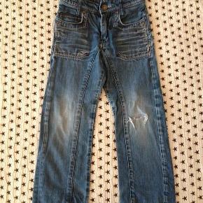 Er du super til at fixe en lap på en par fede bukser, er her alletiders tilbud, eller brug dem som de er, med slidt detalje :) Skønne bukser fra Levis, der desværre er gået hul på knæet.  mindstepris 75 +  Sender med DAO via Trendsales Handler også gerne via mobilepay Kan også afhentes / mødes i Kbh  seje jeans - str 5 år Farve: denim Oprindelig købspris: 599 kr.