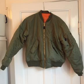 En bomberjakke i militærgrøn fra et nobrand købt i Mads Nørgaard på strøget. Den er meget oversize (jeg bruger normalt 38). Der er harpiks pletter bagpå. Bud modtages gerne og køber betaler fragt:)