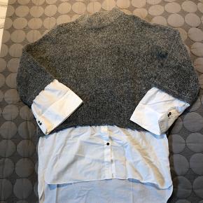 Strik med indsyet skjorte  Lidt stor i størrelsen