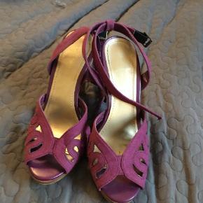 Varetype: Heels Farve: Blomme Prisen angivet er inklusiv forsendelse.  Fantastiske sandaler, kun brugt få gange, desværre for små.