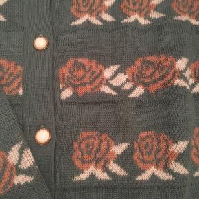 Flot vintage - retro cardigan med sødt rose mønster. Cardiganen fremstår som helt ny. Str. M.