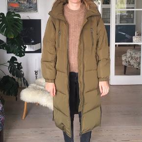 Lækker dunfrakke fra ICHI. Købt i 2019. Den er kun prøvet på, da den er købt for stor. Model IHHALEY JA.