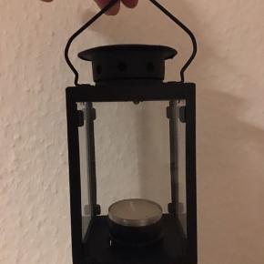 2 små lanterner sælges. Jeg har fået dem i en gave, så derfor ved jeg ikke hvor de er fra. De er aldrig blevet brugt. De er 14 cm høje og 7,5 cm brede. Sælges samlet - mp. 30 kr - sendes ikke.