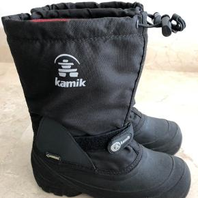 Kamik vinterstøvler med varm udtagelig inder sok som kan bruges af både dreng og pige.  Nypris 800 Str 5 som svarer til str 37  Sokken måler ca 24,5