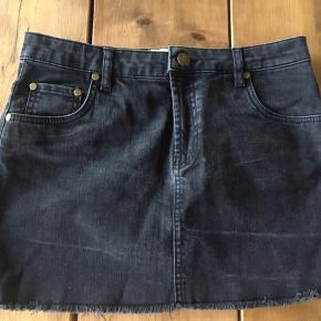 Denim grå/sort nederdel fra Ganni  Rigtig god til summer
