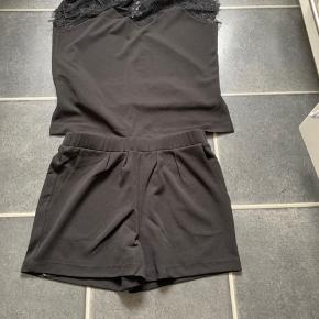 Sort jumpsuit i shorts