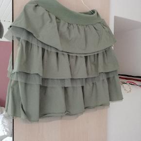 Støvet grøn nederdel, så flot når den kommer på.. Str svarer til xs