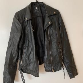 """""""imiteret læder"""" jakke. Købt i new yorker sælges billigt."""