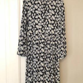 Fin kjole fra Nué, passer også en 38.