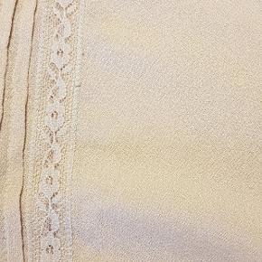 Sød bluse i den helt gode ende af GMB  Porto skønsmæssig efter valg af forsendelsesform  bluse Farve: nude