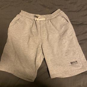 Super fine og behagelige Hugo boss shorts med med 3 kommer!  En smule lille i størrelsen synes jeg.   Ny pris 499kr.  Sælges for 249kr.