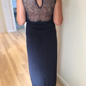 Brugt til bryllup en enkelt gang. Super flot kjole, med den flotteste blonderyg.  Der er slids i midten, bag på kjolen.