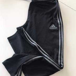 Super flotte Adidas bukser Str xl Se billede med micro hul nederst på benet 100 kr