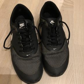Nike Air Max Thea i sort med hvidt logo på siden. Har købt dem brugt som en str. 38, men tror de passer 37 eller 37,5 bedre, desværre ☀️ Sender gerne flere billeder