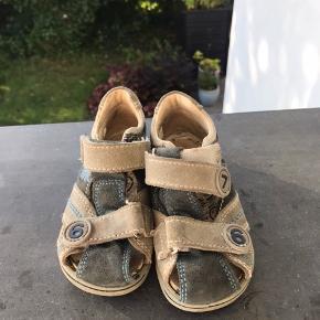 Fine sandaler. Kun brugt på en ferie så i fin stand.