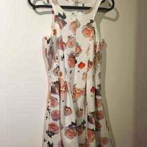Lækker kjole fra Grunt  Str. M Hvid m. blomster Brugt få gange M. lynlås i ryggen  50 kr