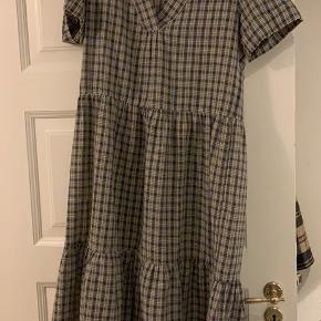 Sælger denne fine ternet kjole, da den desværre er for stor til mig.  Fåes stadig i butikkerne.  Fejler intet.   Kan hentes i Århus C eller sendes på købers regning.
