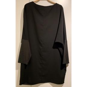 Sort klassisk kjole fra ASOS ⚫️  - str. 38, men passer en M-L, da den er stor i str. - næsten som ny - PU læder ærmer  Se også mine andre fine annoncer. Sælger billigt ud og giver gerne mængderabat 🌟