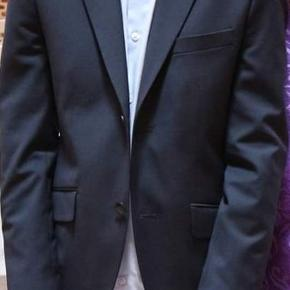 Habbitjakke fra S. Oliver og skjorte fra,  G. O. L.  BOYS skjorten er lyseblå , sættet er kun brugt den ene dag til hans konfirmation