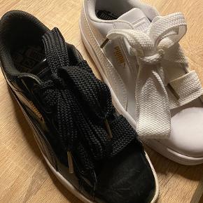 Sælger 2 par PUMA sneakers, de hvide er aldrig blevet brugt, de sorte er blevet brugt 2 dage. 2 par sko til 400kr det sku billigt!