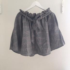 Fed nederdel med justerbar talje.