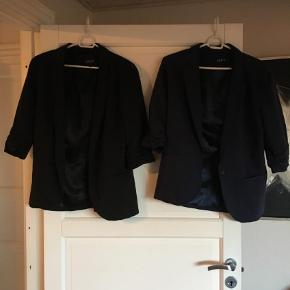 Varetype: Blazer Farve: Sort  2 stk. Blazere fra Ichi. En i sort og en i blå. Sælges samlet. Sendes med Gls.