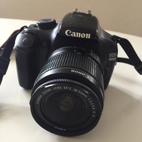 Canon spejlreflekskamera købt i 2016, 12 megapixels, kun brugt meget lidt, så det er så godt som nyt og har ingen ridser eller fejl. Det tager nogle super billeder og er et godt begynderkamera, hvis man vil prøve sig selv af som fotograf. Ny oplader følger med, aldrig brugt. Købt for 3600,-
