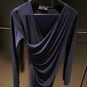 Fineste tætsiddende kjole købt på Nelly, kun brugt en enkelt gang.  Kam afhentes på Nørrebro eller sendes ved aftale