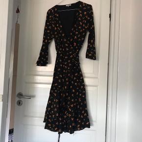 Overvejer at sælge min fine slå om kjole fra GANNI, købt forår18 - også fin som nederdel Næsten aldrig brugt  Str 40, men lille ved ærmerne (bruger normalt 38)  NP ca 1600,-