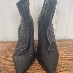 Fine støvler i ægte skind str 39 sælges.  Se alle billeder for stand.