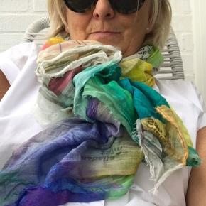 Lækkert tørklæde i de smukkeste farver og print - fra Faliera Sarto. Nypris 2000 kr. Brugt få gange - fremstår som nyt.
