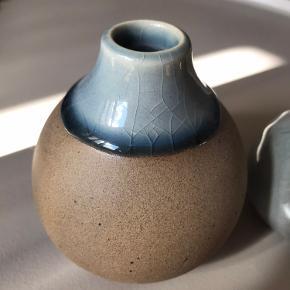 To små, søde vaser på henholdsvis 8 og 10,5 cm. De kan sendes eller hentes i Odense C.   Fri fragt hvis du køber 2 eller flere varer :)