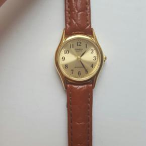 Lille fint ur fra Casio. Brun rem, der er gået lidt i stykker - se foto. Trænger til nyt batteri, men virker ellers fint.   køb 3 og betal for 2 på alle mine annoncer (den billigste er gratis)