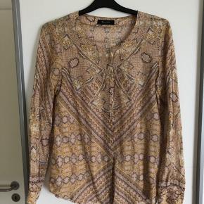 Flot mønstret skjorte i silke og bomuld  Brugt få gange  Nypris 800,00 DKK  Bytter ikke  Se også mine andre annoncer 😊