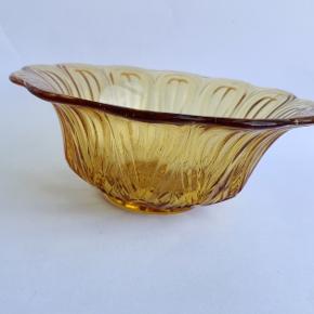 Glasskål i en fin mørk gul til små nips (smykker, ringe, nøgler). Ellers kan den bruges til snacks eller til tapas - Ø14