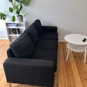 Mørkegrå sofa sælges billigt. Den er brugt et par år, fremstår i fin stand, men med enkelte løse tråde og lign. 3 vaskbare puder  Mål: ca. 2 meter lang (1.95) Ca. 75 cm bred Ca. Højde fra gulv til puder: 80  Pris: 450 ,-  Sofaen skal hentes i Vanløse og bæres ned fra 3. sal. Er behjælpelig med at bære ned osv. Skal gerne hentes hurtigst muligt - men ellers senest i løbet af november.