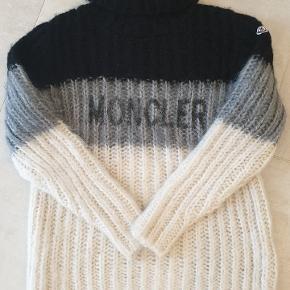 Moncler strik ny m. Tags  39% camel uld  38% mohair 30 % uld Super blød. Nypris 950€