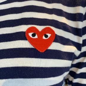 En trøje som er i rigtig fin stand. Ingen huller eller pletter. Købt for omkring 2.5 år siden, men har ikke rigtig fået sen brugt, så den har bare ligget i skuffen. Jeg er 170 høj, og den passer perfekt. Mørkeblå og hvid 🥰