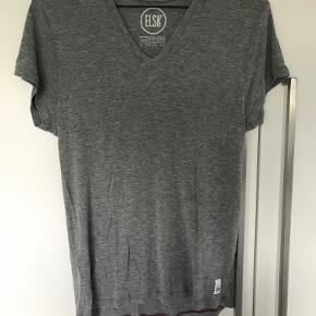 Elsk T-shirt kun brugt 2 gange så fremstår uden nogen form for slid    BYTTER IKKE