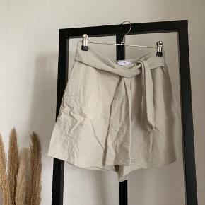 """Shorts fra Mango i farven """"Apple green"""". Købt i foråret 2019 og sælges da jeg ikke får den brugt nok. Bud modtages."""