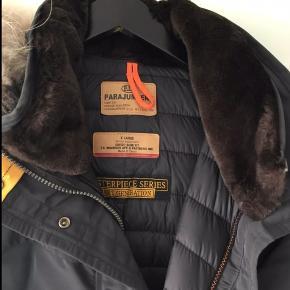 Lækker vinter jakke , brugt begrænset . Lille i str . Pelsen i kraven kan tages af