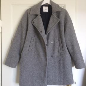 Fin overgangsjakke i lys grå uld. Jeg sælger den, da jeg ikke får brugt den nok.