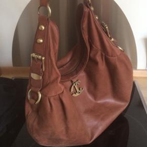 Just Cavalli taske med nitter. Tasken er i ok stand men har lettere brugsspor. Se billeder. Jeg sender gerne og sender gerne flere billeder:)