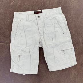 Beige shorts fra Alberto 😎 . Se størrelse på billede - tror det må være en medium/large.  Lille plet på, som vist på billedet.