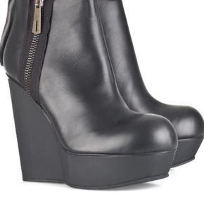 Acne Studios Hybria leather wedge ankel boots i str. 38. Skopose medfølger. Nypris 3500kr. Kom med bud. Bytter ikke.