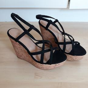 Flotte sandaler med kilehæl, 100kr