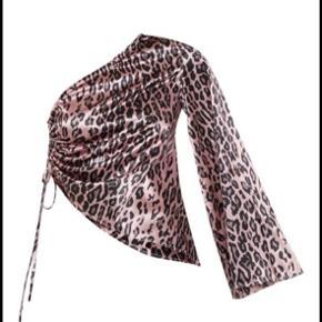 Flot one Shoulder leopard top fra Pretty little things. Udsolgt på deres hjemmeside:)