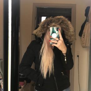 Super lækker vinter/overgangsjakke fra Zara. Rigtig god kvalitet med fine detaljer og indvendig pels, fejler intet! Den skal bare ud. Byd gerne:D