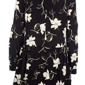 """Sælger denne populære Ganni kjole af style """"rosemont crepe"""" i farven """"back wild rose"""".  Den er i det fineste lækre materiale og mønster. Kjolen går fint op i halsen og er rigtig behagelig at have på.  Jeg er åben for bud.    Kjolen er næste som ny."""