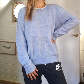 Skøn sweater fra Gestuz 🦋   Jeg mener, der er uld i - men er ikke 100% sikker på hvor stor en procentdel, da jeg jeg sælger for min veninde og hun har klippet mærket ud 💁🏼♀️  Der er en lille plet på den ene ærmekant, som ikke virker til at kunne komme af (se billede).  Derfor den billige pris.